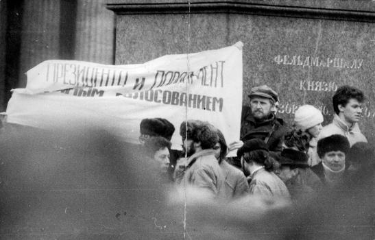 """Юлий Рыбаков держит плакат """"Президент и парламент – простым голосованием"""""""