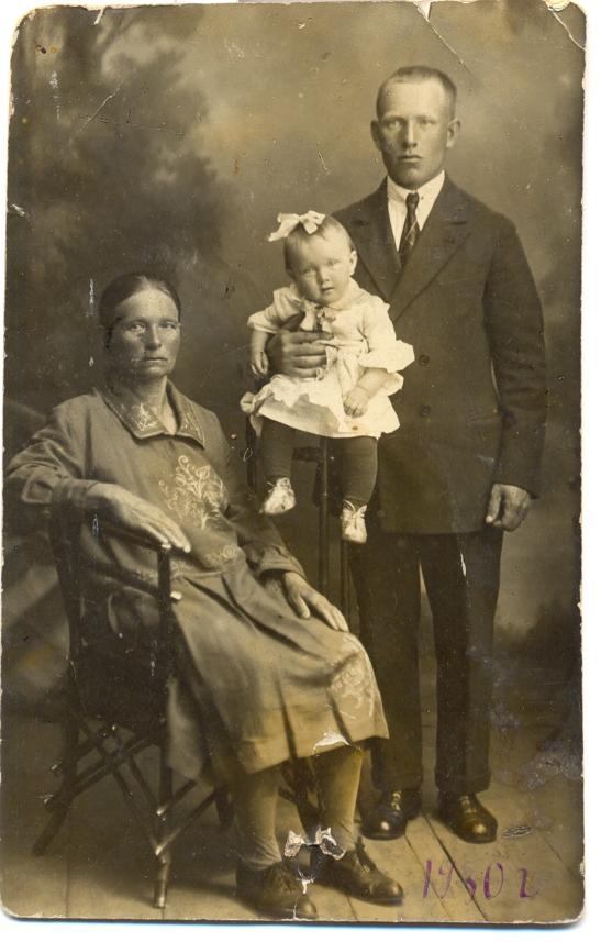 мама с отцом и бабушкой 1930