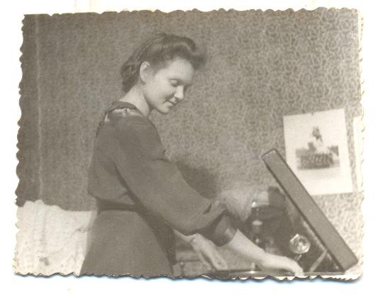мама с патефоном