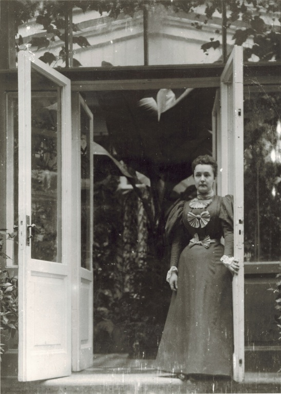 Елена Рукавишникова у входа в оранжерею