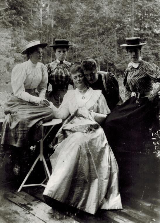 Мария Фердинандовна Набокова, урожденная баронесса фон-Корф со своими товарками возле батовской усадьбы