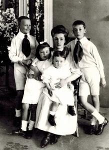 Елена Набокова с детьми Сергеем, Ольгой, Еленой, Владимиром. Фотограф Карл Булла. Рождествено. Август 1908